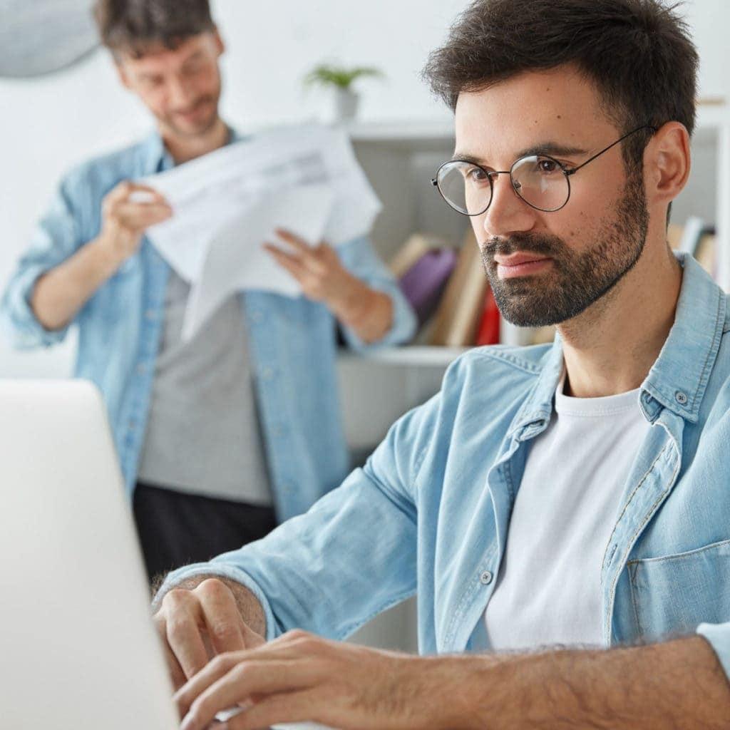 Mann mit Brille am Laptop