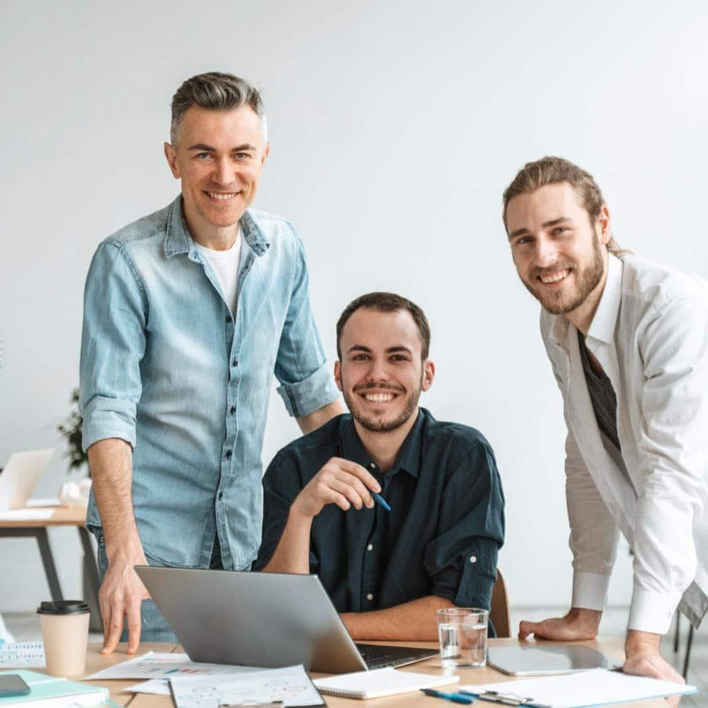 SEA drei Männer lächeln