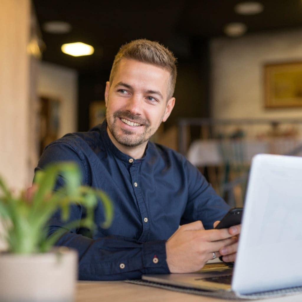 Online Marketing lächelnder Mann am Handy