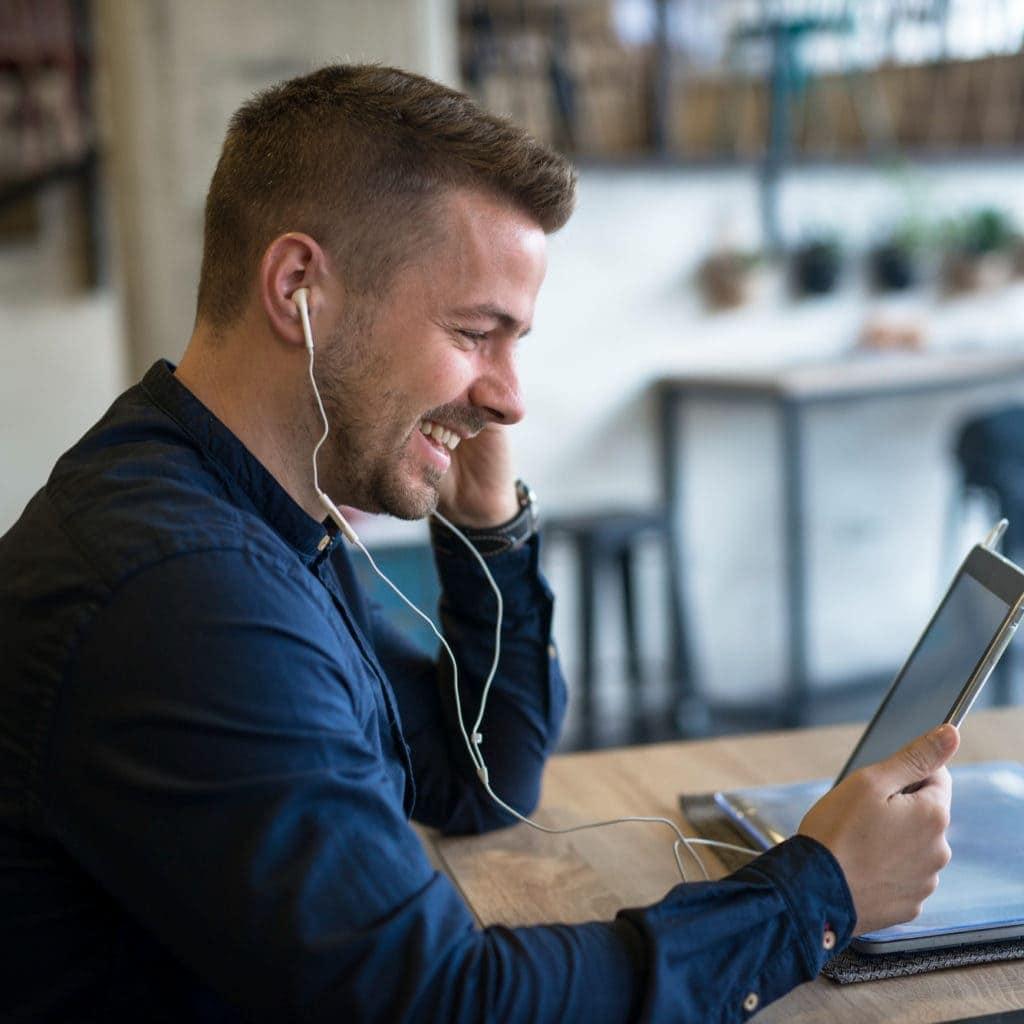 Online Marketing Mann am Tablet