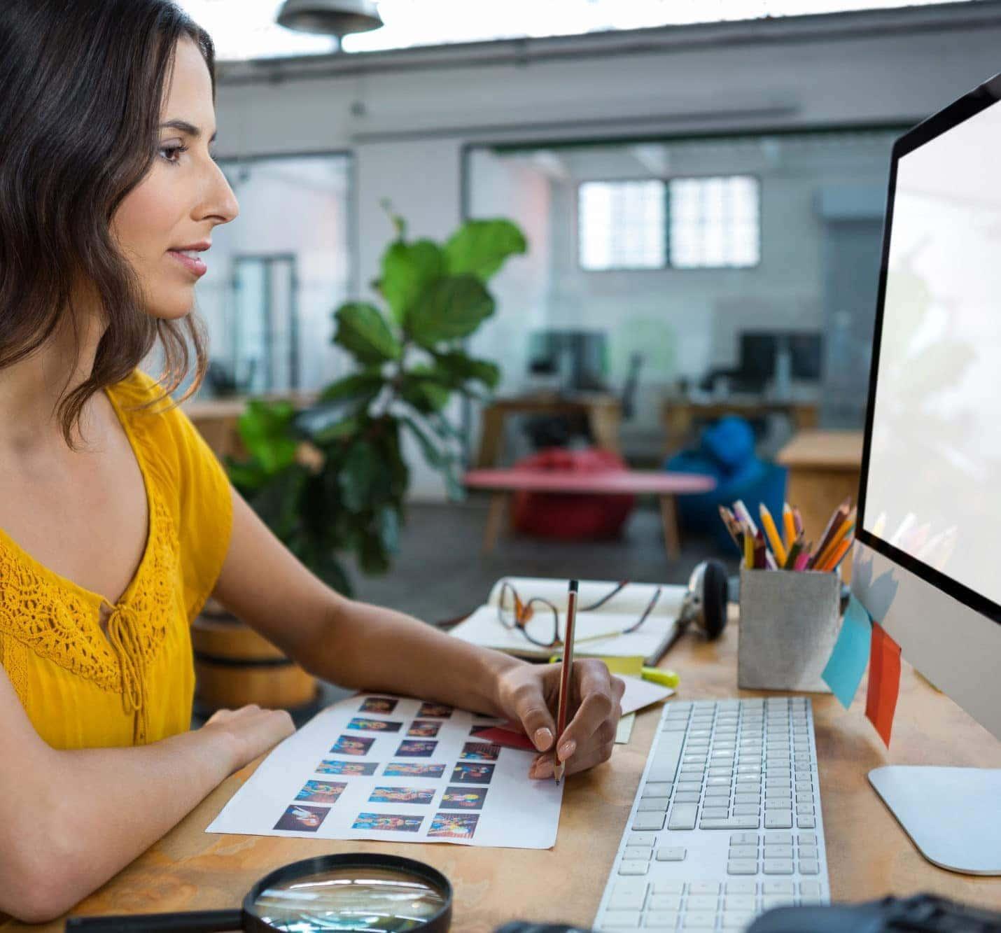 Web Design Frau mit Stift