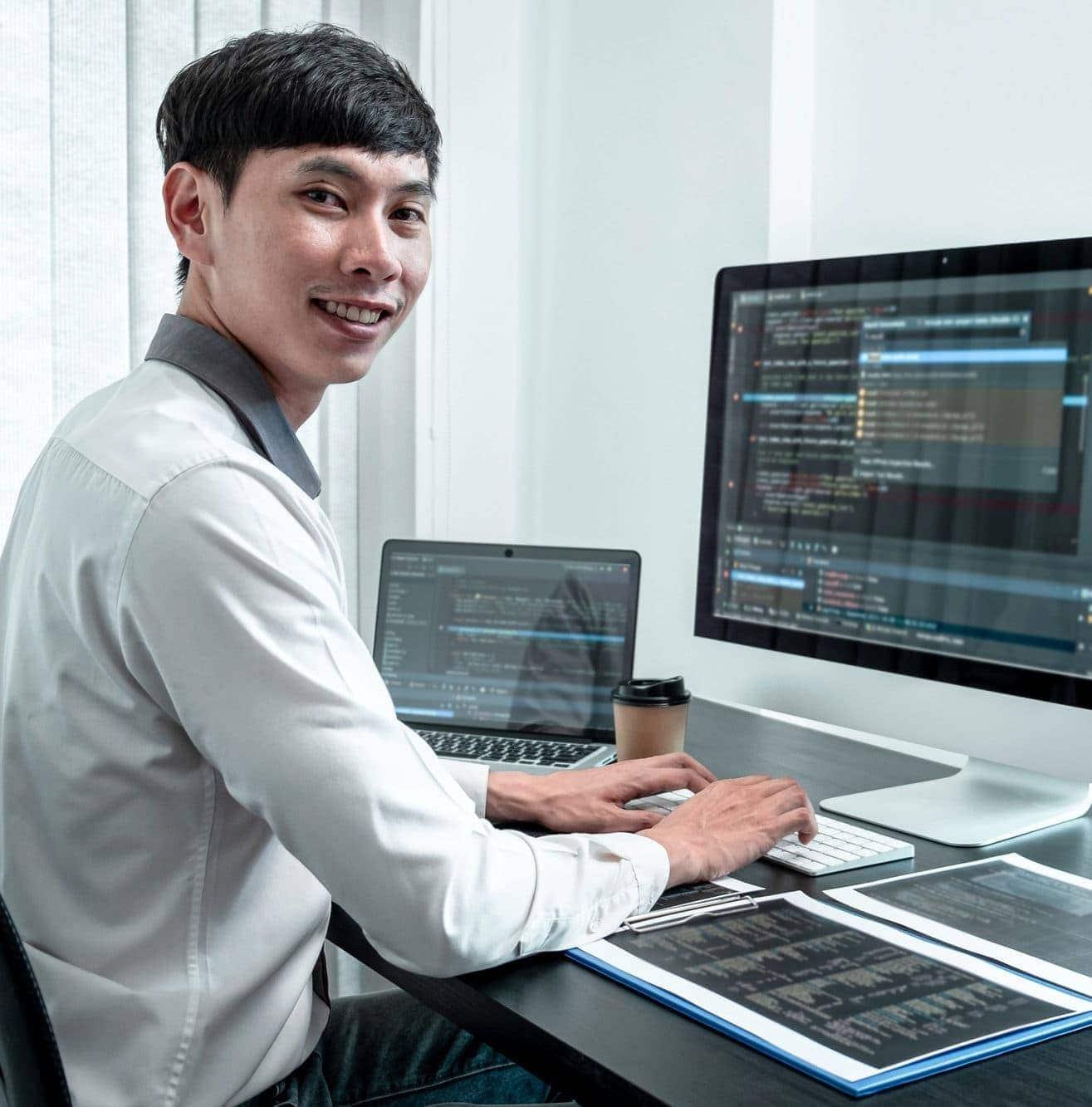 Webseitenerstellung lächelnder asiatischer Programmierer